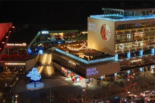 Die Dachterrasse mit den Eisstockbahnen am Spreegold Store im Bikini Berlin.
